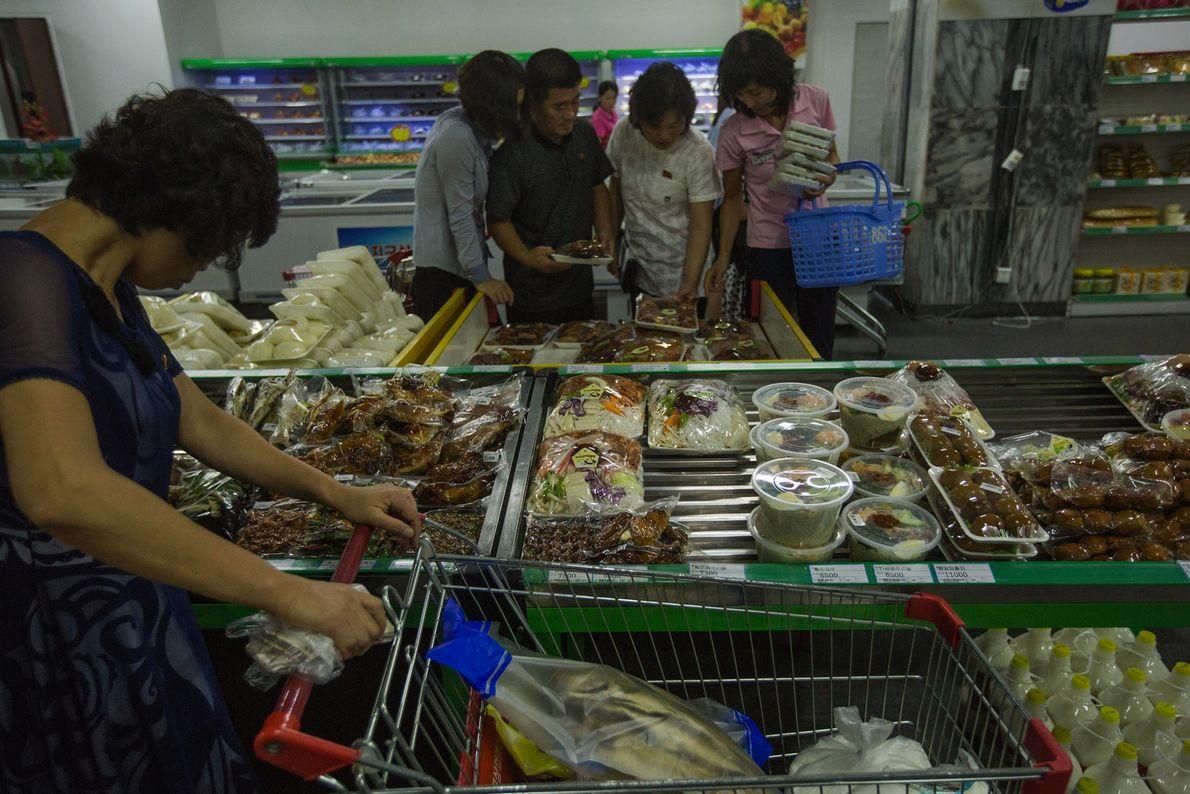 Clientes de um supermercado de Pyongyang