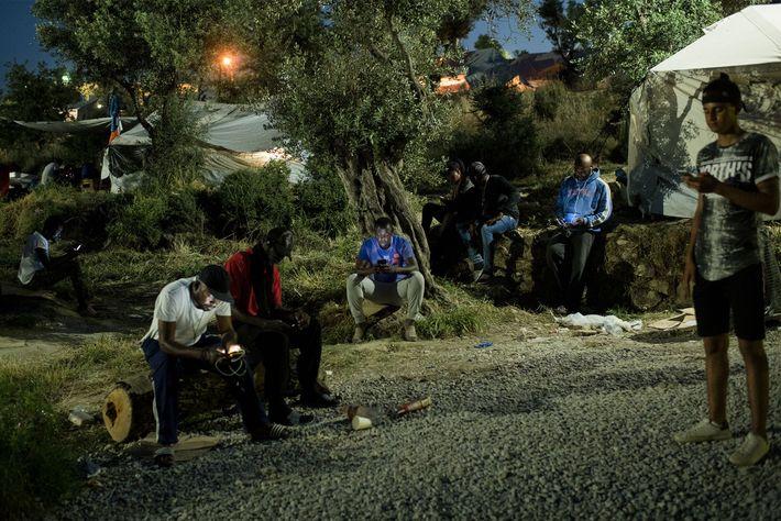 Os habitantes das extensões do campo, uma zona provisória conhecida por Olival, concentram-se nas áreas onde ...