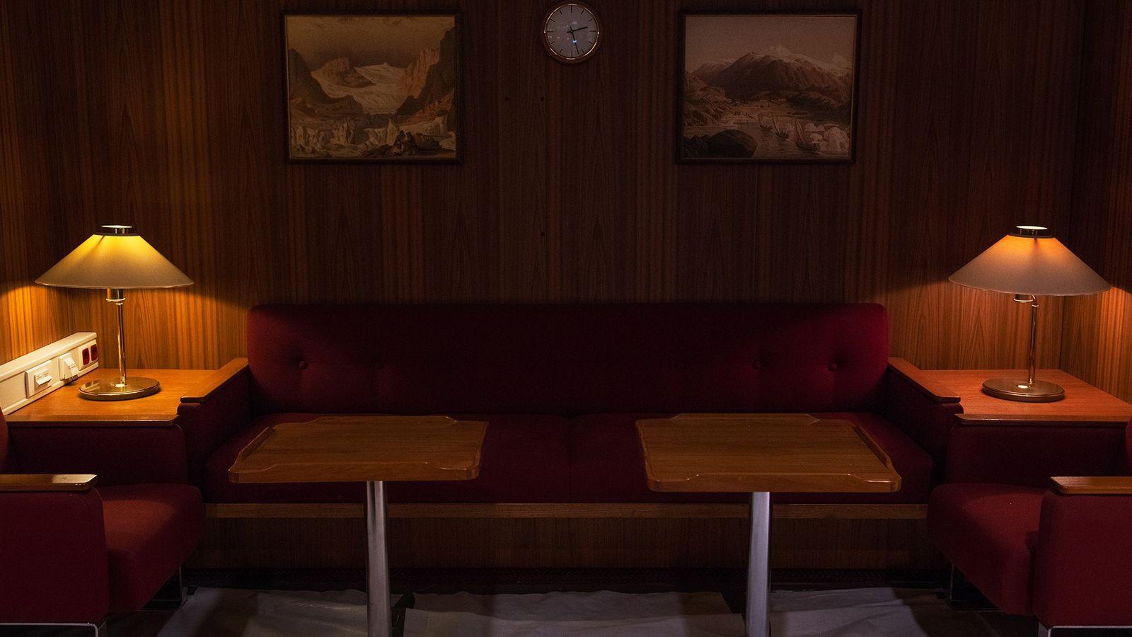 """O """"Salão Vermelho"""" do Polarstern oferece um espaço comunitário onde os passageiros podem trabalhar. """"Interagir com ..."""