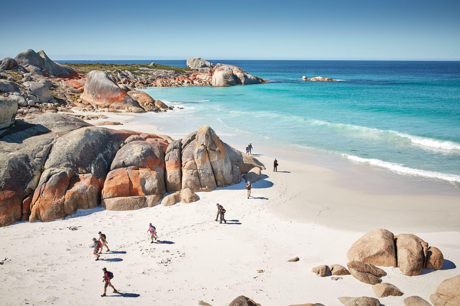 A Baía dos Fogos, na costa nordeste da Tasmânia, deve o seu nome às fogueiras dos ...