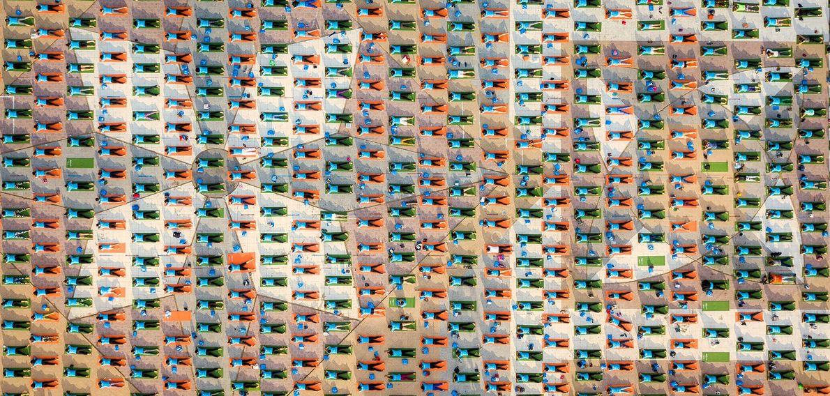 Praticantes de ioga numa praça de Nha Trang, uma cidade costeira no sul do Vietname.