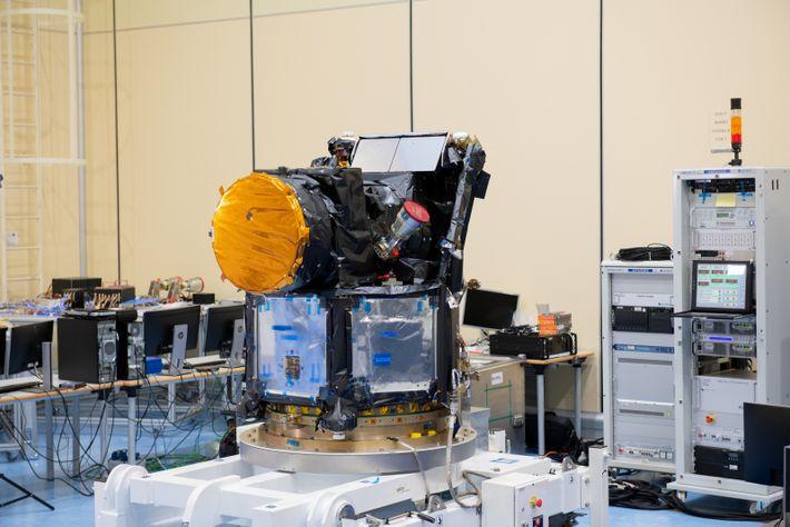 O satélite CHEOPS montado em laboratório na Airbus Defence and Space, em Madrid, em fevereiro de ...