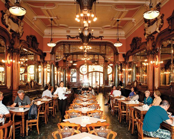 No Porto, o Café Majestic, com um ambiente de glamour e arte nouveau, serve cafés fortes ...