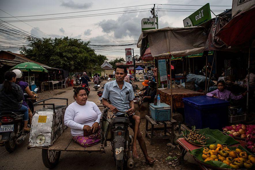 Tao Chandra visita o mercado de Battambang com o seu marido, Sin Theong. Estão casados há ...