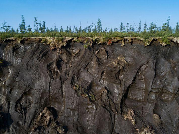 No leste da Sibéria, a cratera Batagaika, provocada pelo degelo do pergelissolo, tem 800 metros de ...