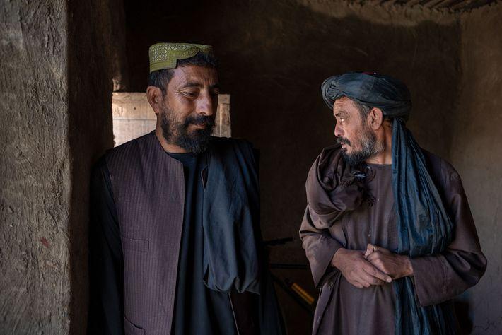 Rahmatullah na sua casa de argila, em Cabul, num assentamento improvisado para pessoas deslocadas internamente. As ...