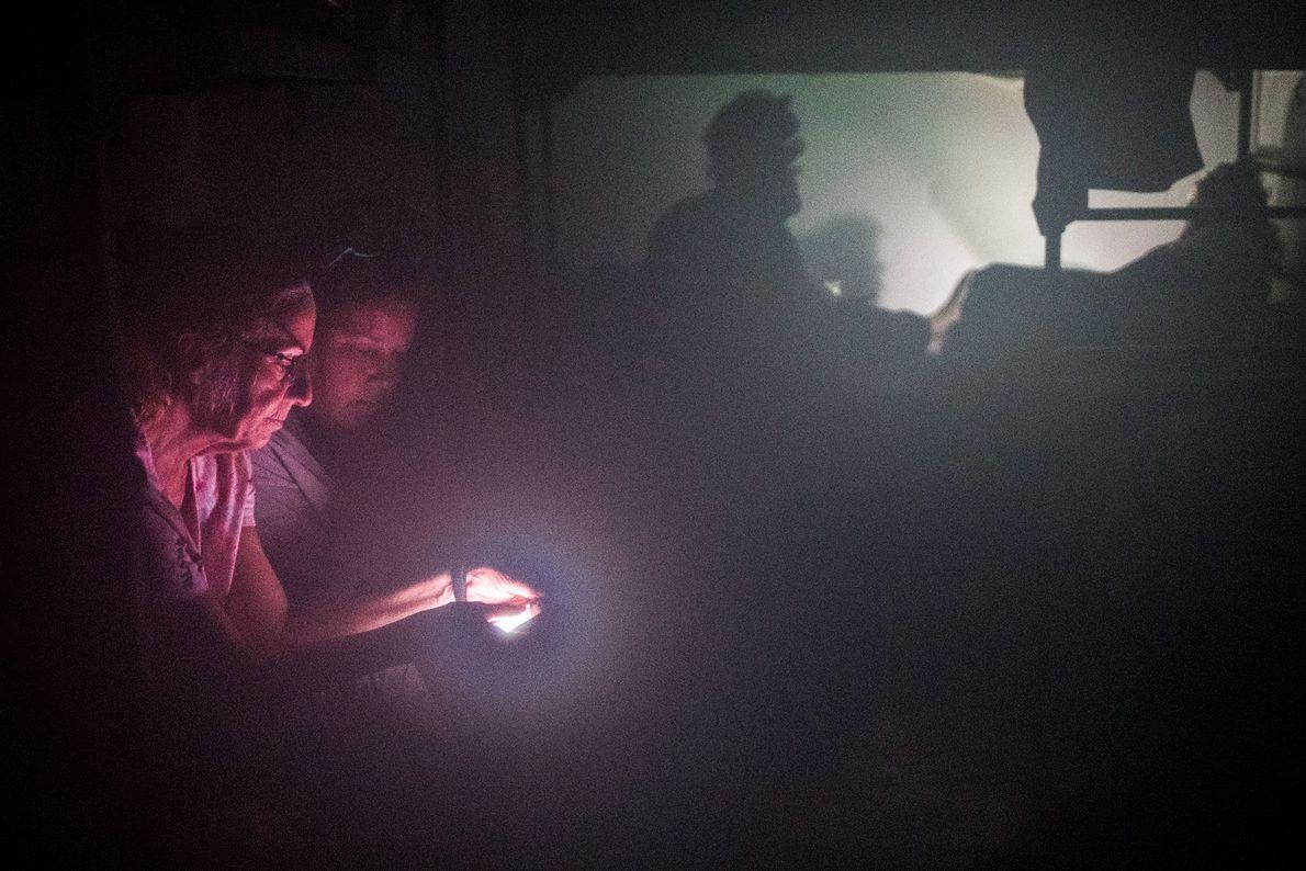 Mulheres iluminadas pela luz de um smartphone