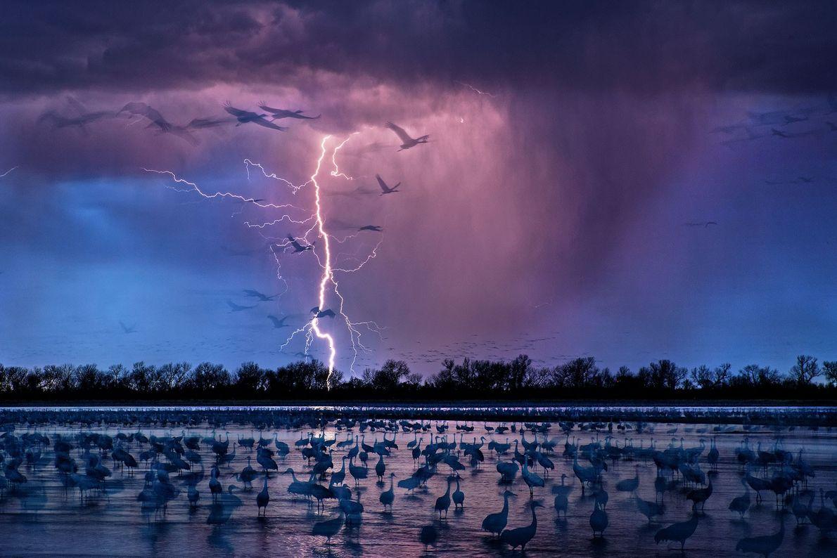 Quando uma tempestade noturna ilumina o céu perto de Wood River, no Nebraska.