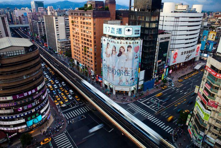 No Distrito de Da'an, no centro de Taipei, a empresa 17 Media possui um cartaz publicitário ...