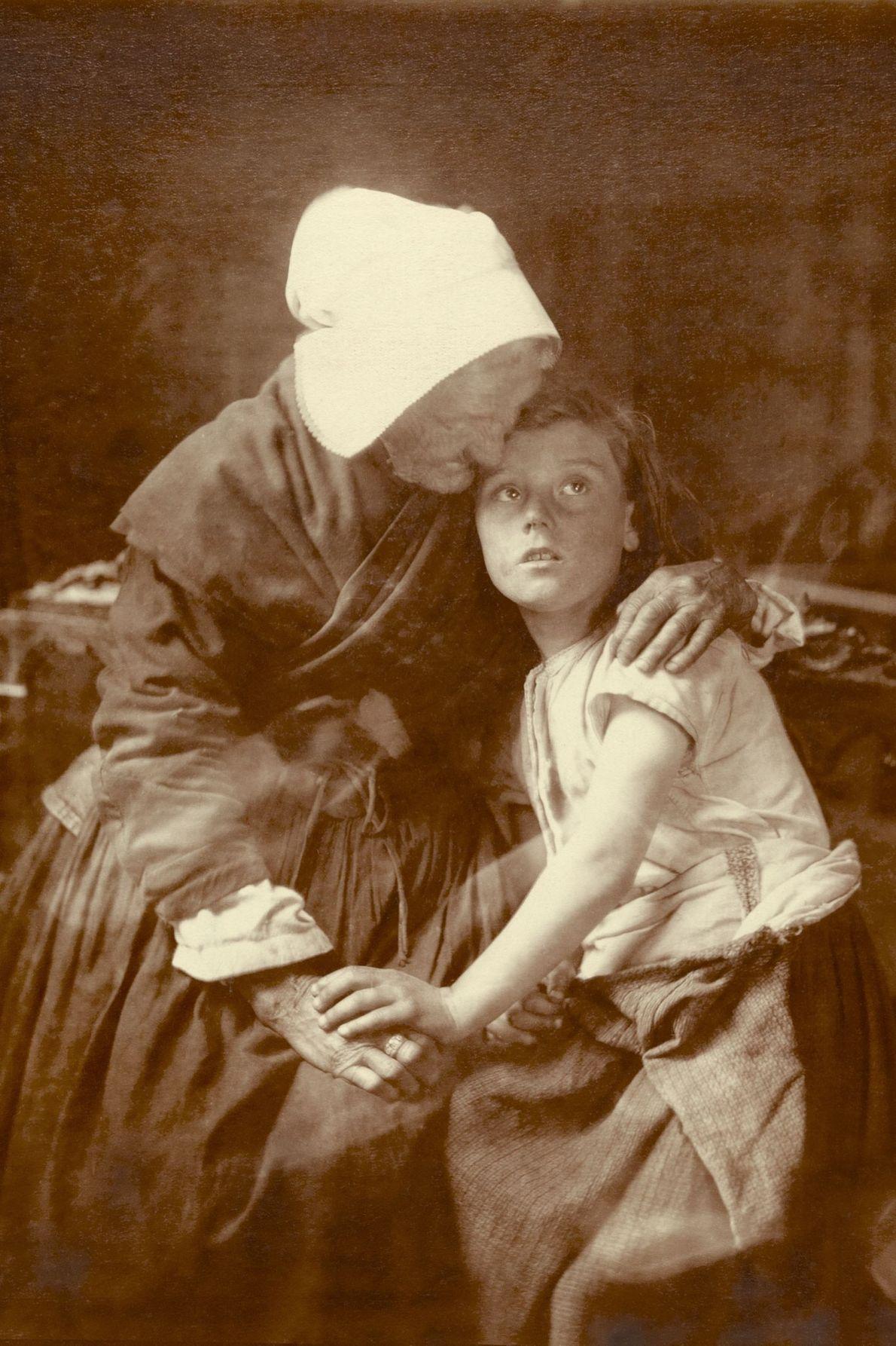 Uma avó abraça uma criança.