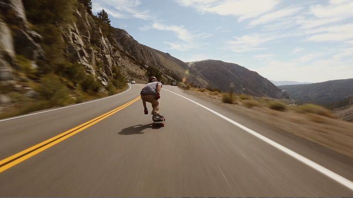 Observe um Skateboarder Soprar um Monte numa Velocidade Aterradora