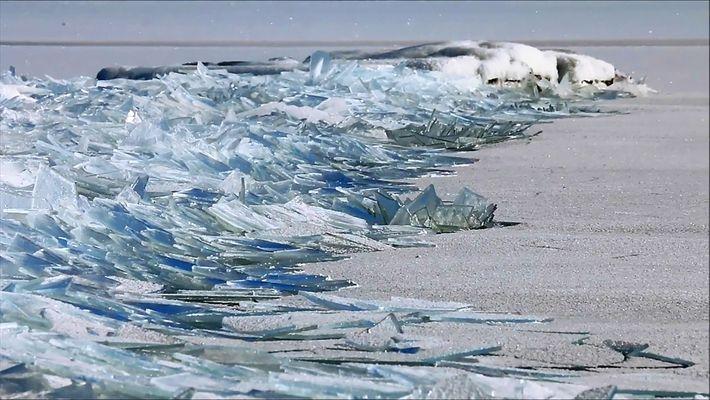 Fragmentos de Gelo Bonitos e Estranhos Acumulam-se no Lago Superior