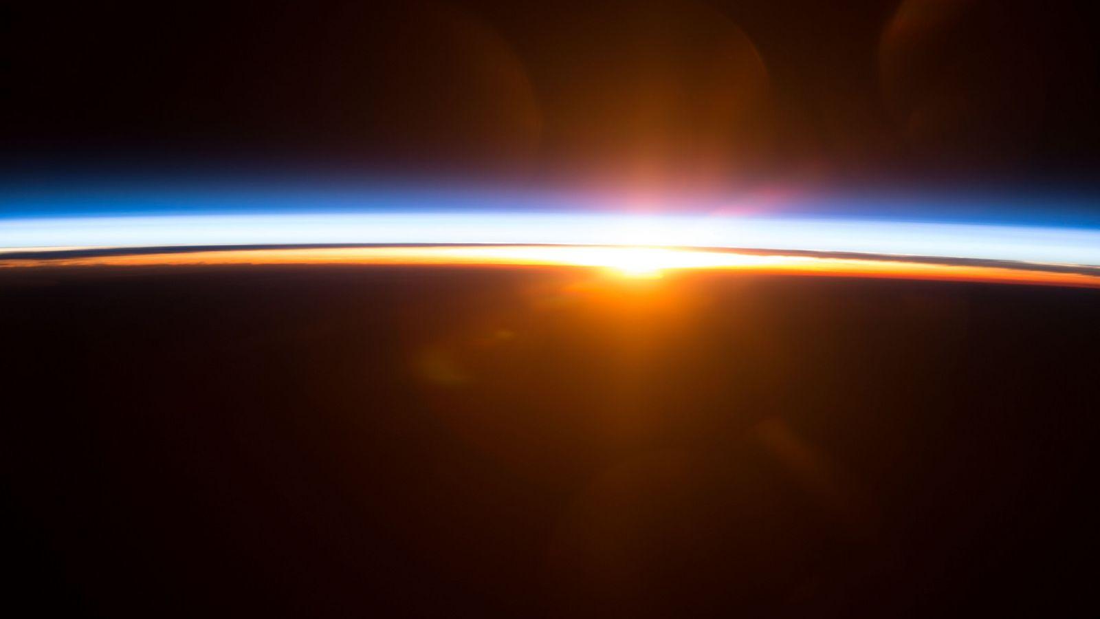 Nascer do Sol na Terra, visto do Espaço.