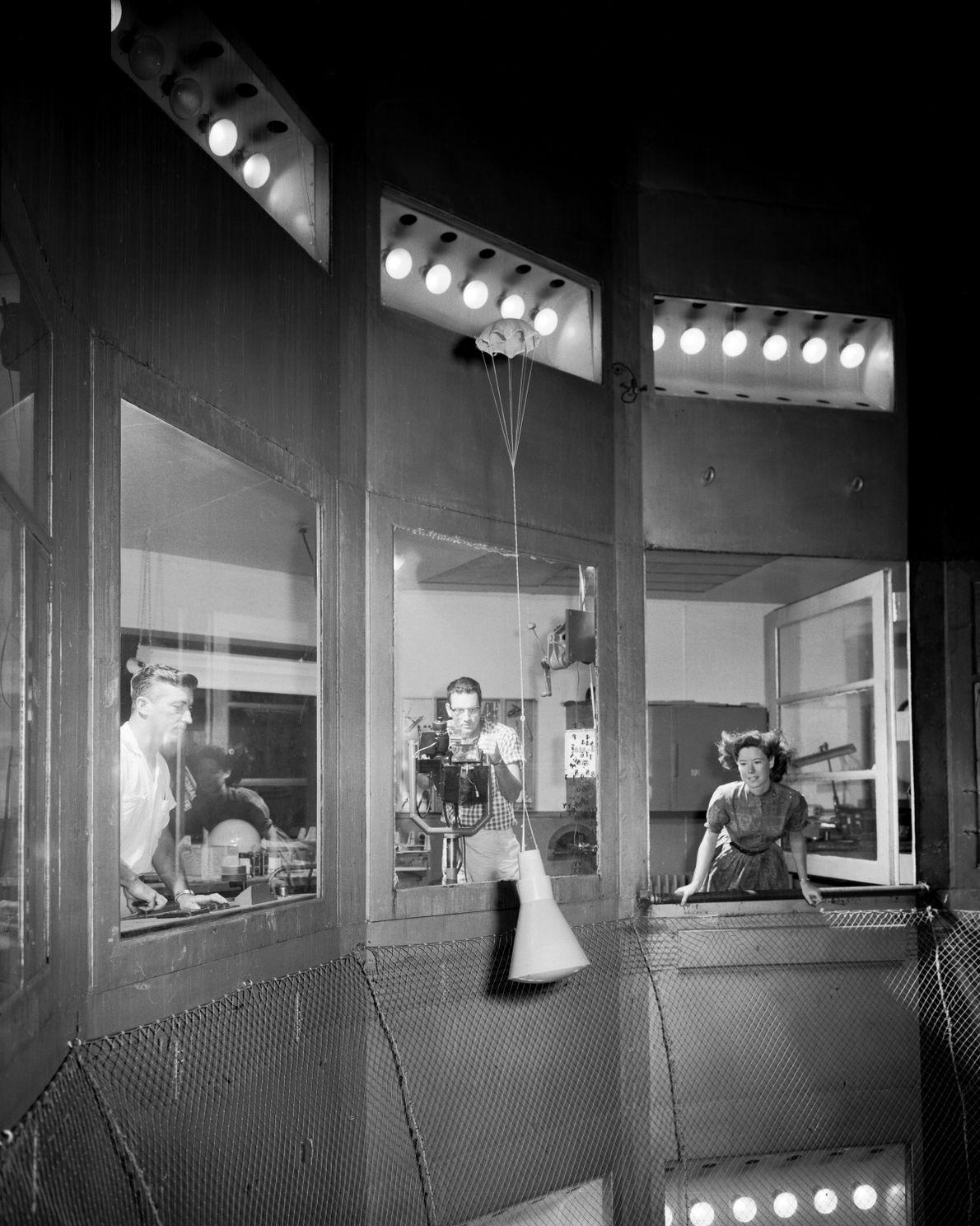 Um modelo da cápsula Mercury no Túnel Giratório do Centro de Investigação de Langley, em 1959. ...