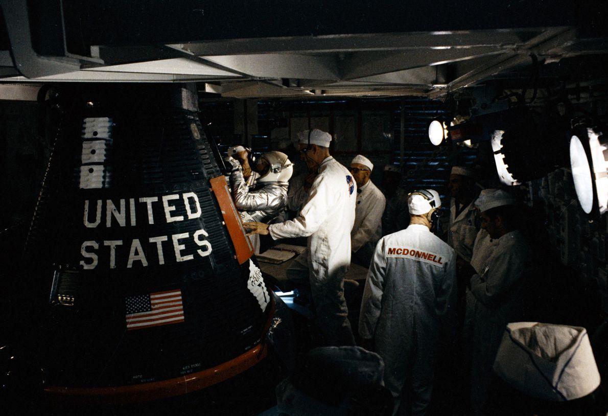 Gordon Cooper entra na cápsula para o voo final do Programa Mercury – MA-9 – lançado ...