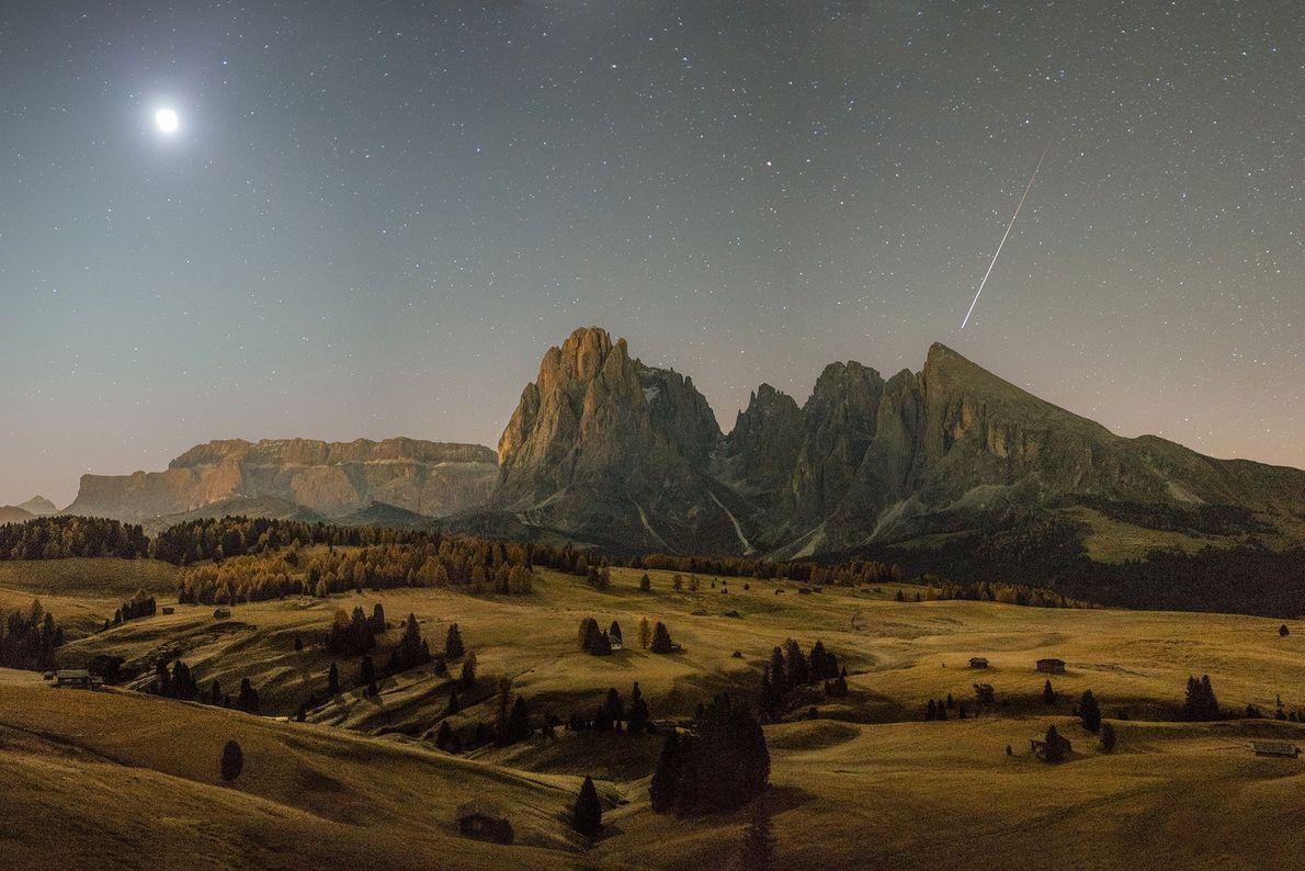 Um meteoro passa sobre a região das Dolomitas no sul do Tirol, Itália, bem cedo ...