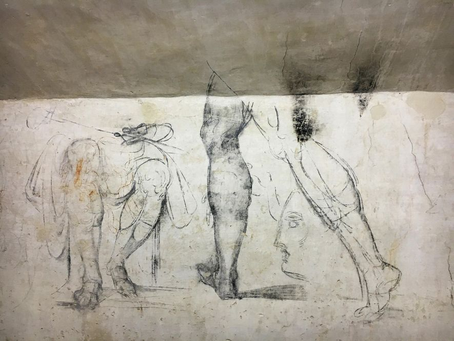 SENTE-SE Numa das paredes do quarto, estão estes esquiços de pernas sem corpo em diferentes posições.