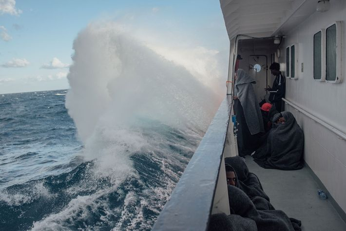 O MS Aquarius enfrenta ondas de quatro metros e os mares tempestuosos do Mediterrâneo.