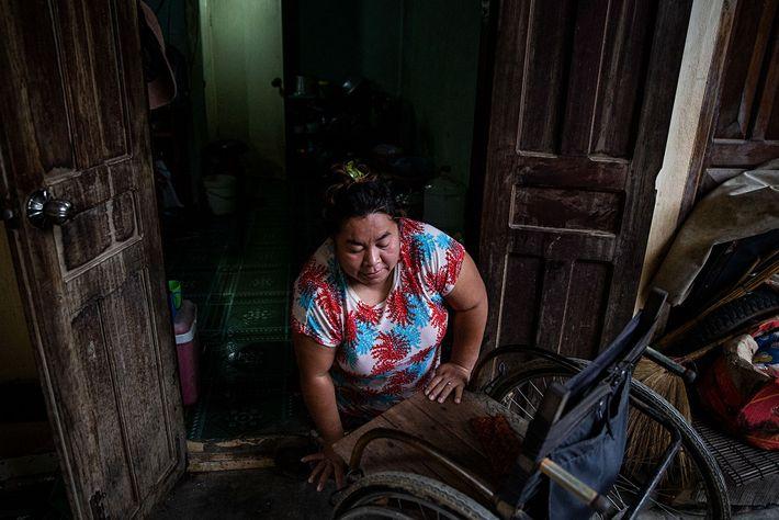 Tao Chandra, treinadora adjunta das Battambang Roses, sobe para a cadeira, na casa onde vive com ...