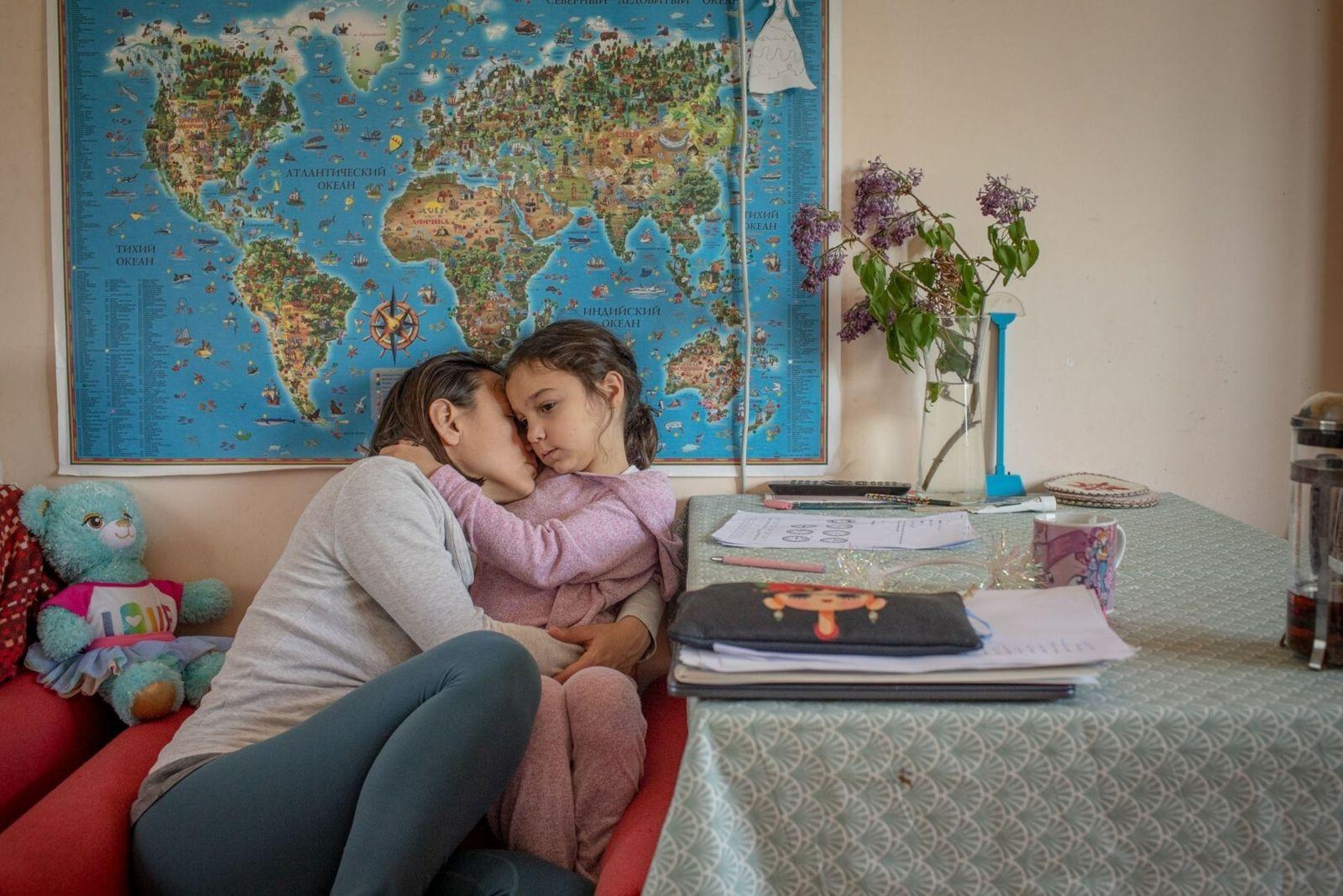 fotógrafa abraça a filha
