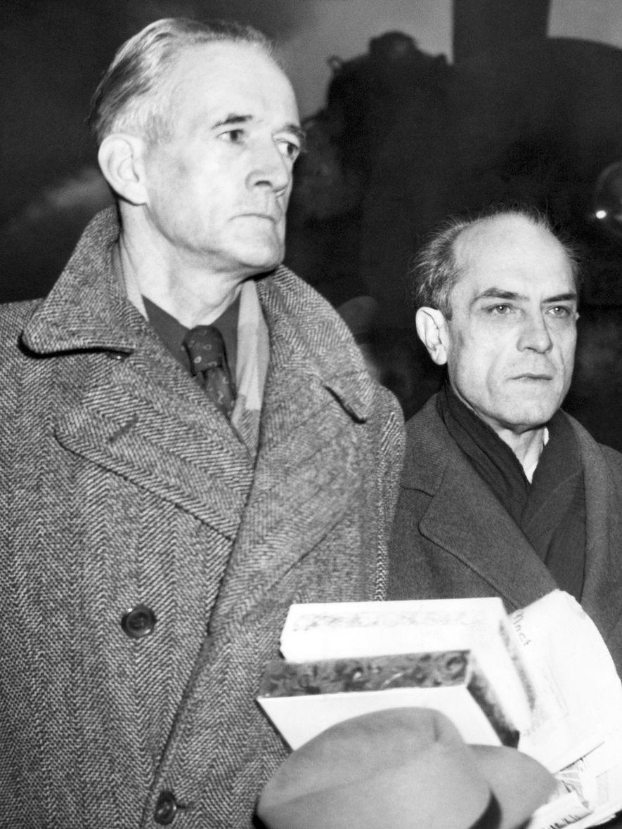 Douglas Chandler (à esquerda) a chegar ao seu julgamento em Boston em 1947, onde enfrentaria a ...