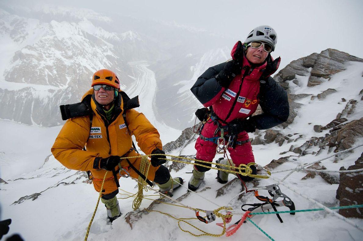 Gerlinde Kaltenbrunner e Ralf Dujmovits estudam a via em direção ao acampamento IV e o início ...