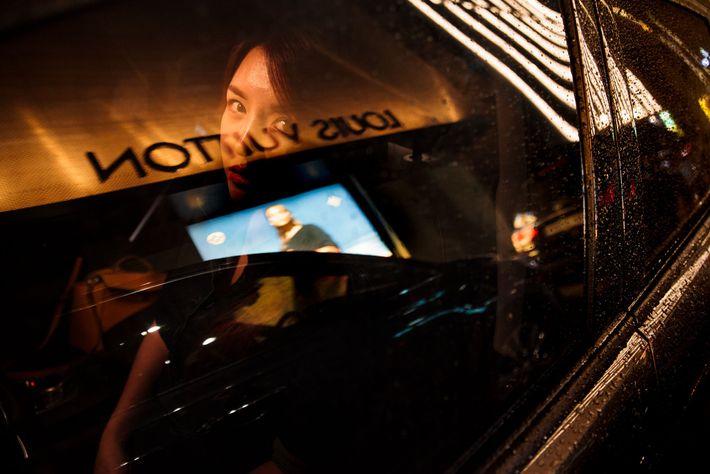 """Hanse espreita pela janela do seu carro luxuoso, em Seul. """"Às vezes, durante a noite, tenho ..."""