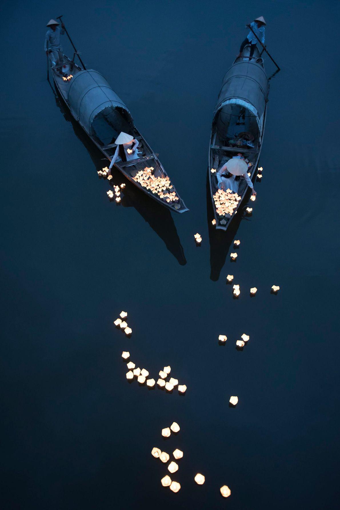 Durante as festividades, as flores flutuam pelo Rio Perfume, na cidade vietnamita de Hue.