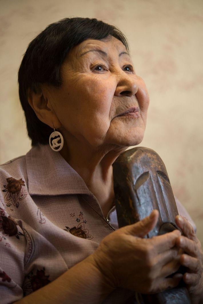 Elizaveta Dobrieva consulta Yiakunneun, uma figura de madeira que está na sua família há quatro ou ...