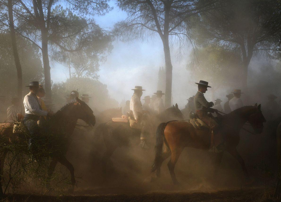 Fotografia de pessoas a cavalo durante uma peregrinação religiosa