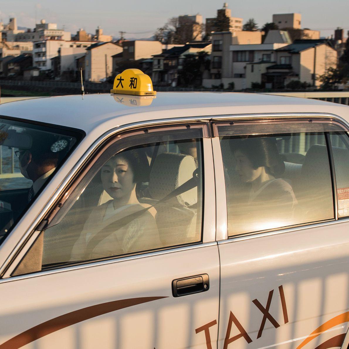 Fotografia de geishas dentro de um táxi no Japão