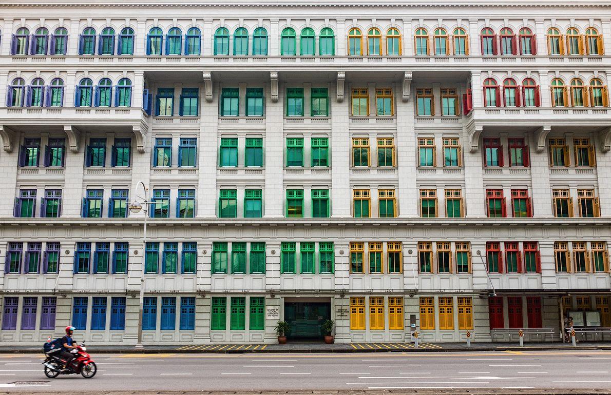 Fotografia de janelas coloridas num edifício em Singapura