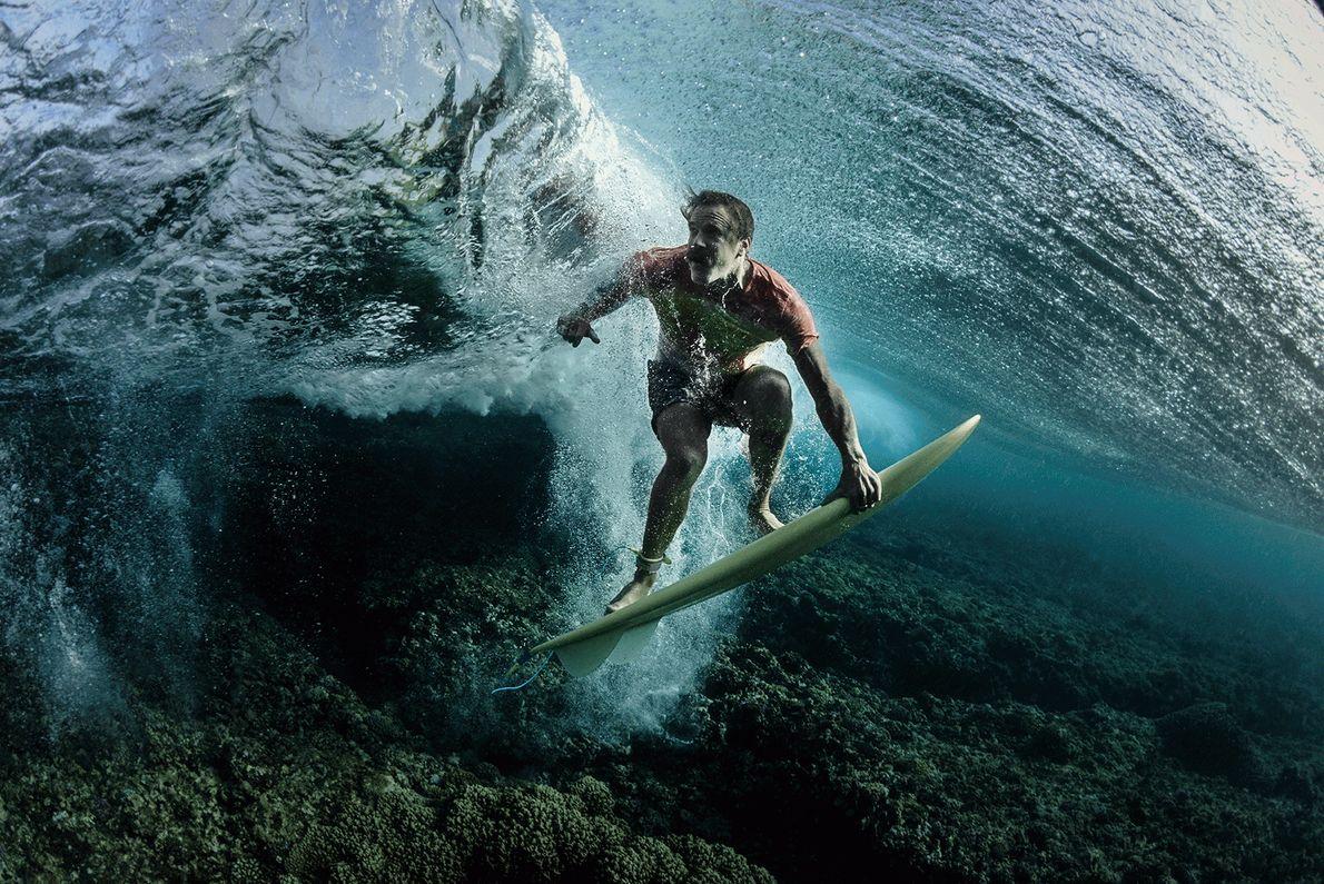 Fotografia de um surfista na sua prancha debaixo de água nas ilhas Fiji
