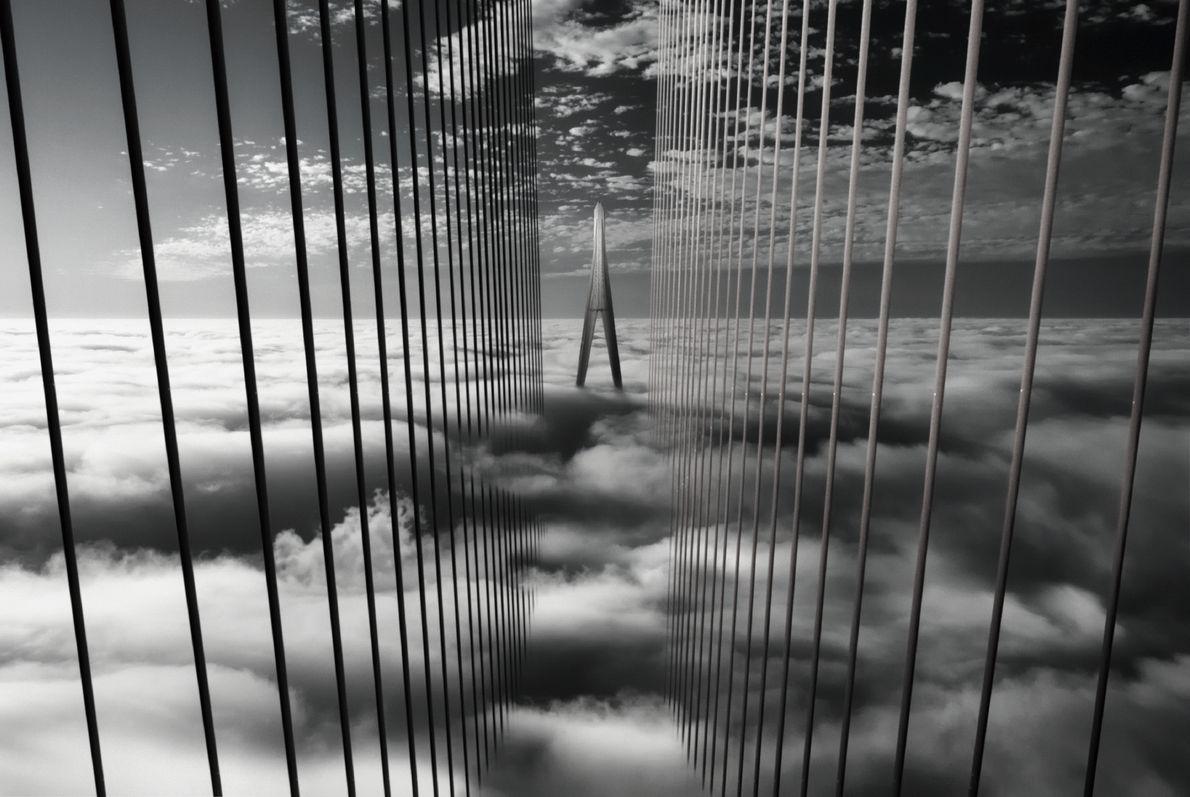Imagem de uma ponte a surgir no nevoeiro do Vietname