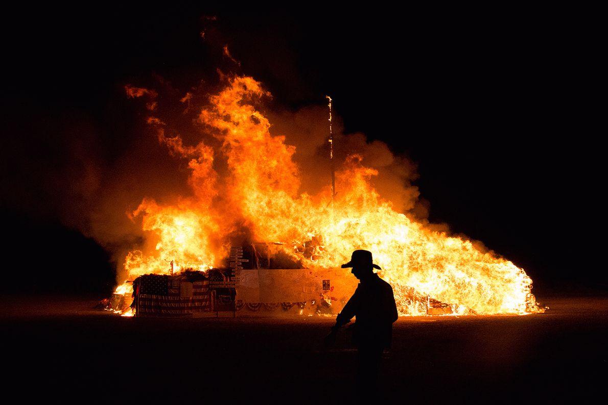 Imagem de um fogo enorme a consumir bandeiras americanas