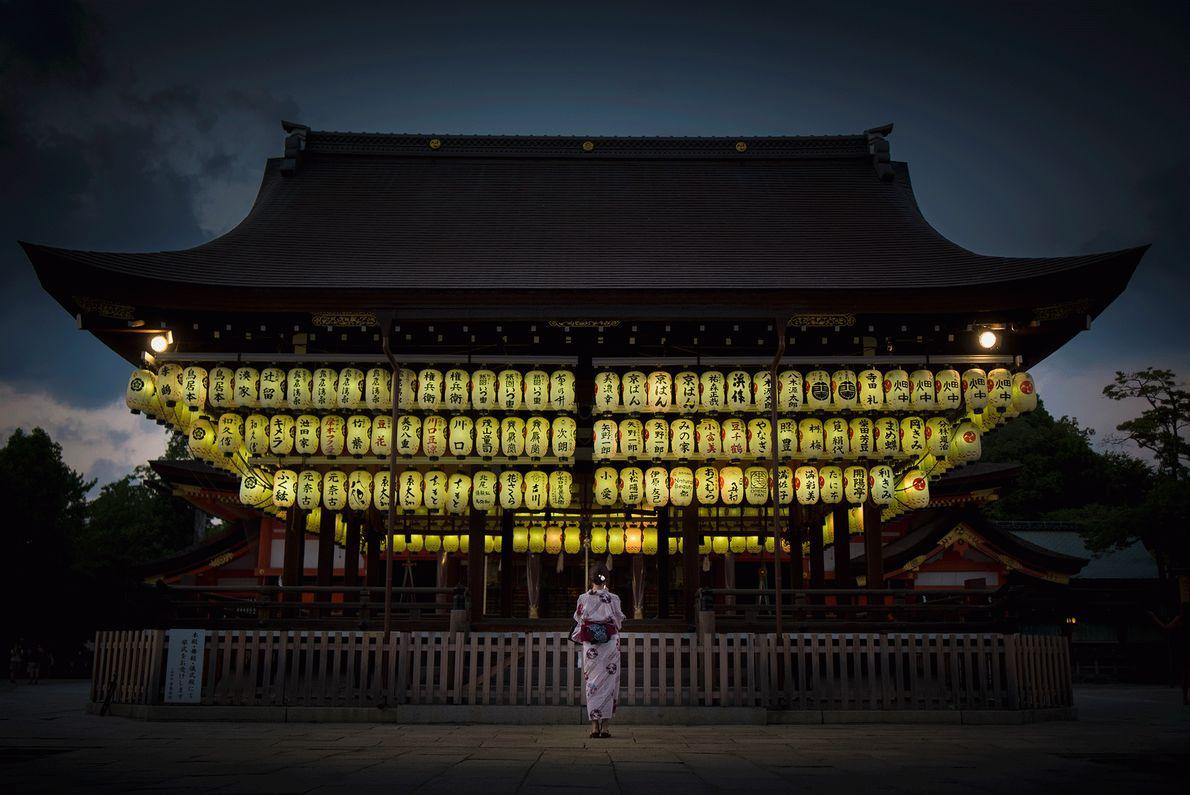 Fotografia do Santuário de Yasaka a brilhar à noite em Quioto, no Japão