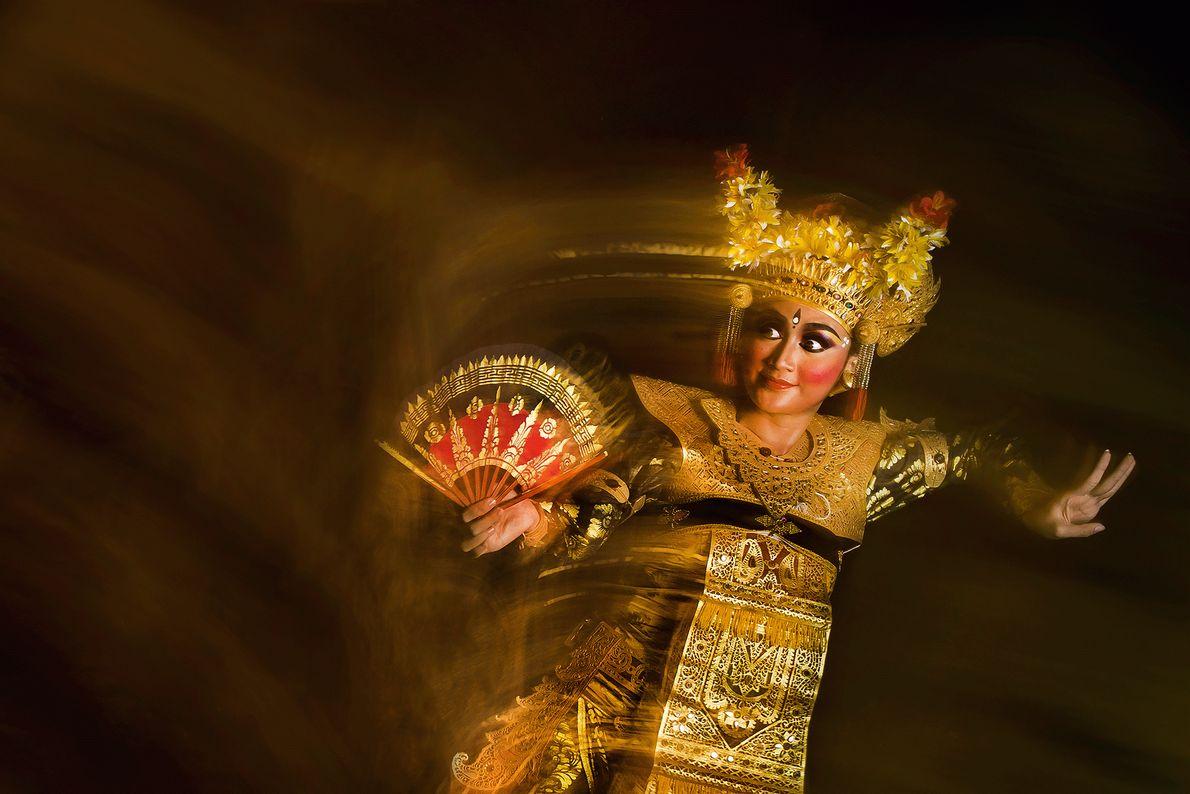 Fotografia de uma dançarina lelong em Bali