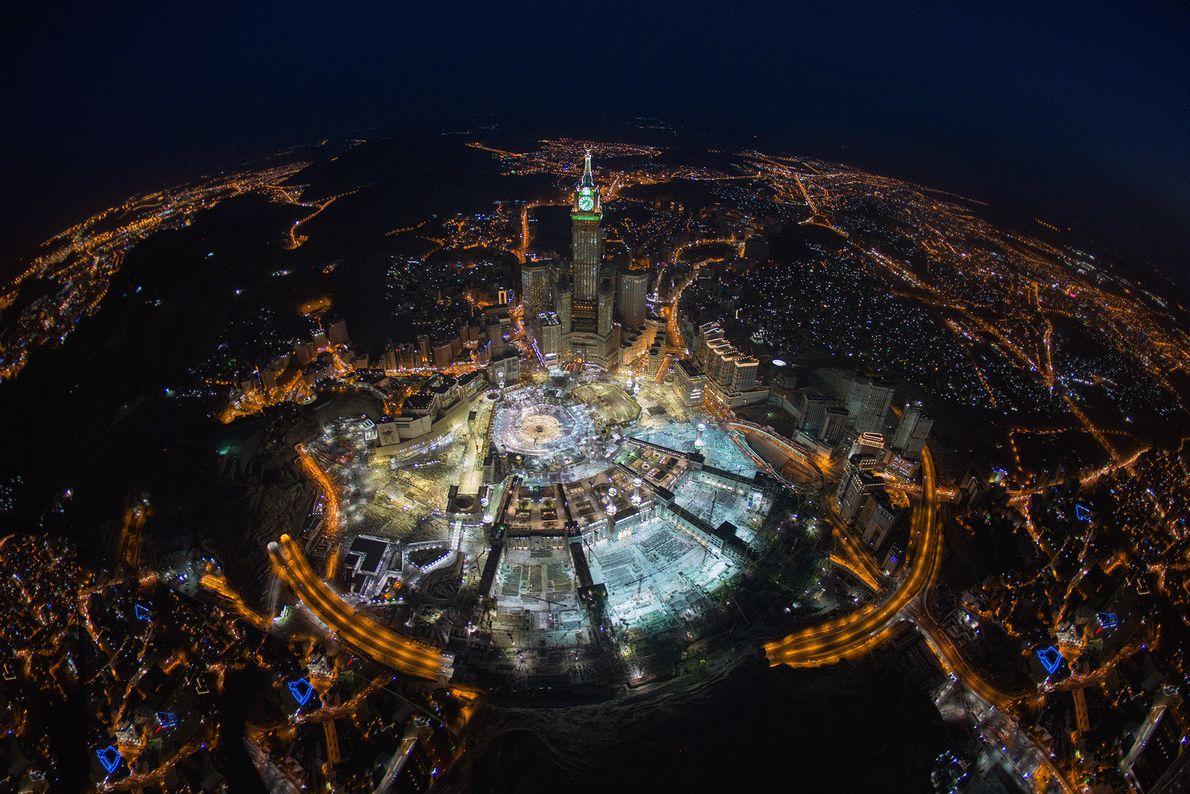 Fotografia de Meca vista de cima durante a noite