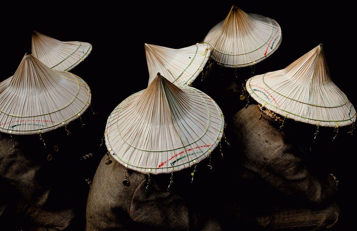 Fotografia de chapéus tradicionais usados por dançarinos durante um festival de café nas Filipinas