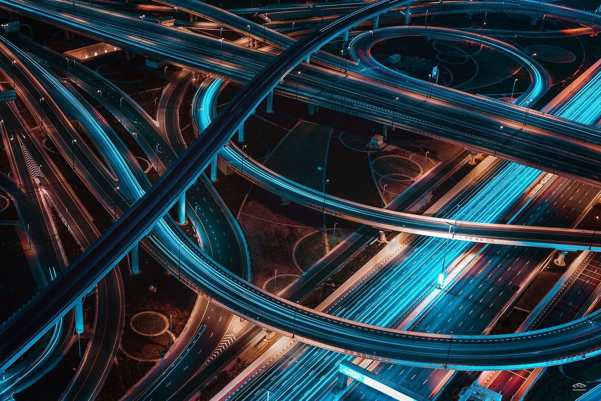 Fotografia de automóveis numa auto-estrada no Dubai, à noite