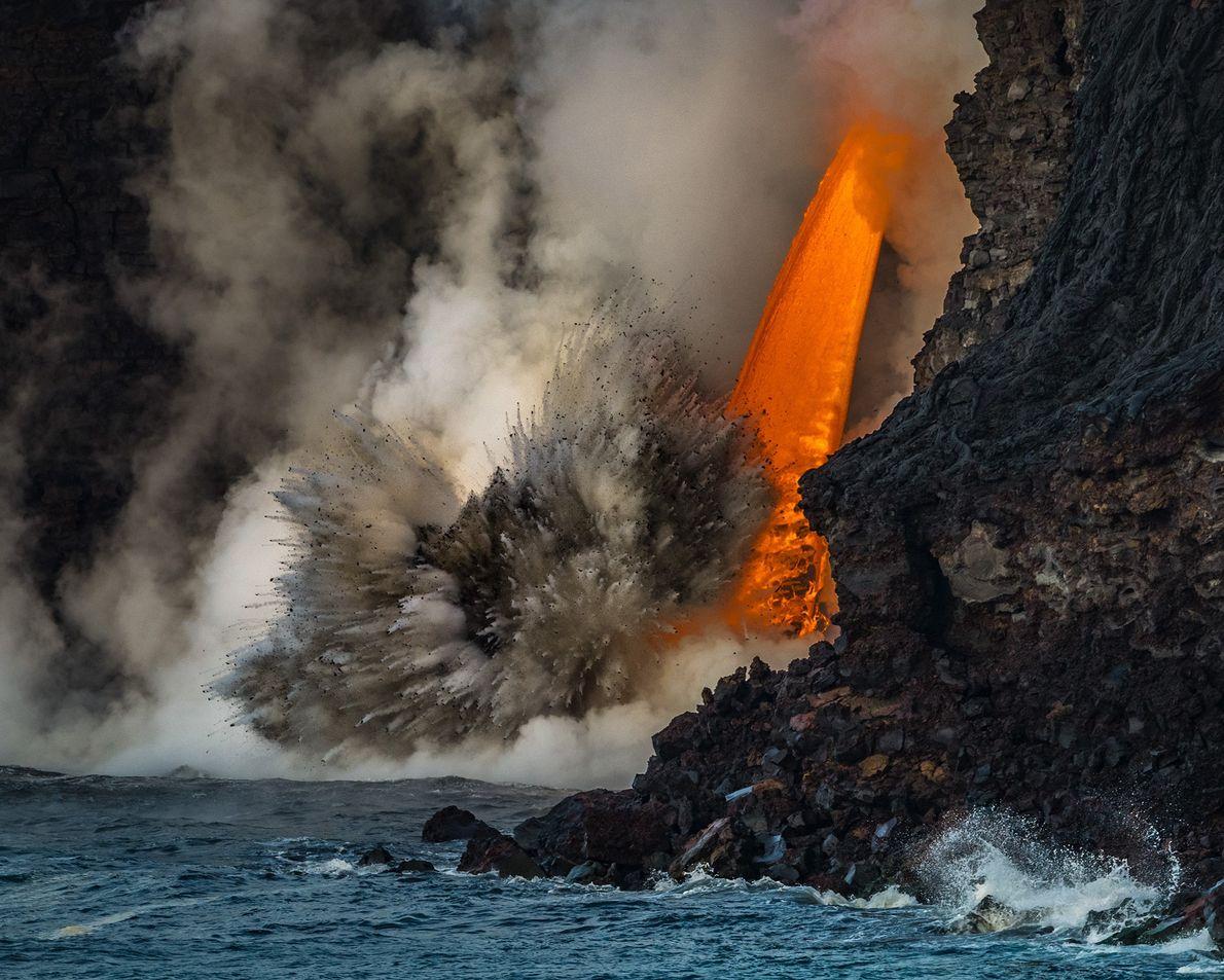 Fotografia de derrames de lava de um lado do vulcão para o oceano