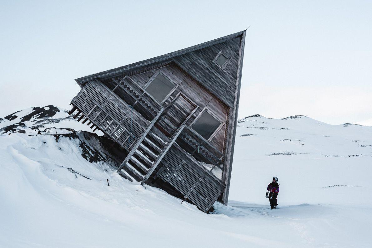 Fotografia de uma cabana inclinada na neve