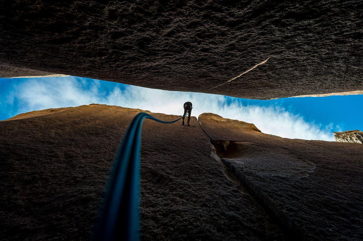 Fotografia de um alpinista a afastar-se de uma parede de rocha no Parque Nacional de  ...
