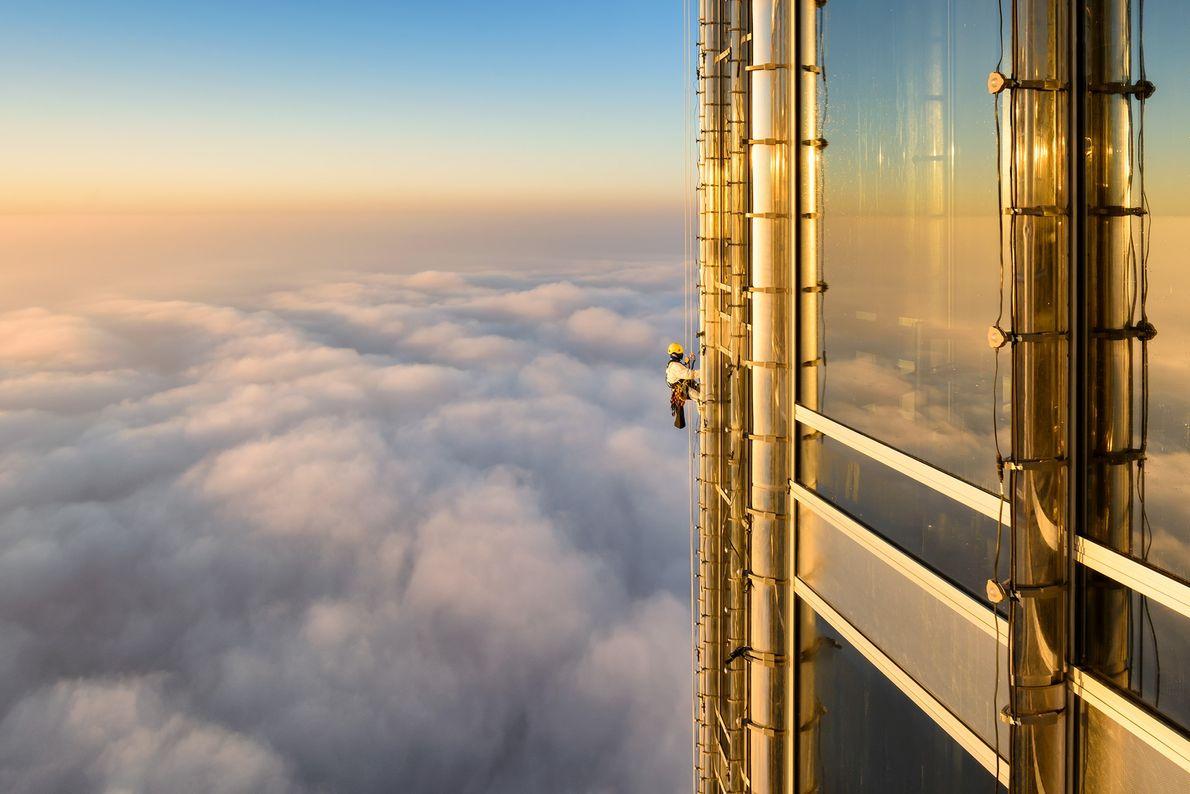 Fotografia de um funcionário de limpeza de janelas no Burj Khalifa no Dubai