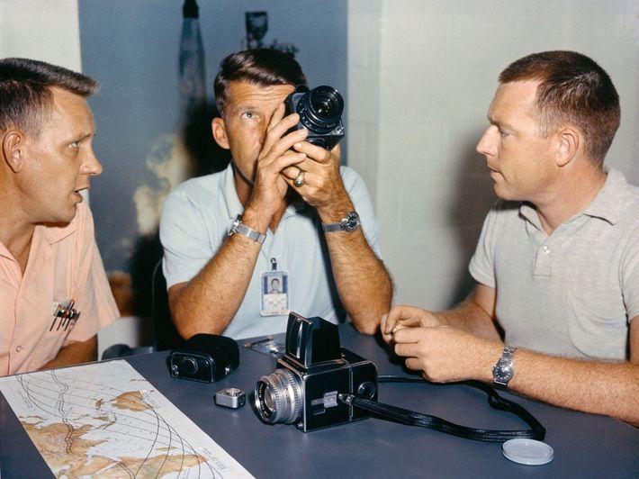 O astronauta Wally Schirra testa a Hasselblad modificada antes do seu voo Mercury-Atlas 8 em 1962.