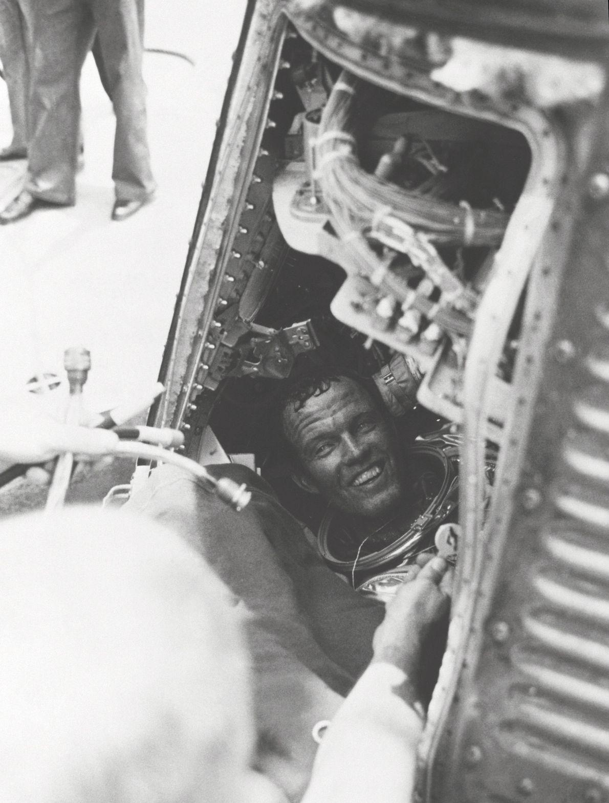 Gordon Cooper cumprimenta a equipa de resgate do U.S.S. Kearsarge, depois da missão final do Programa ...
