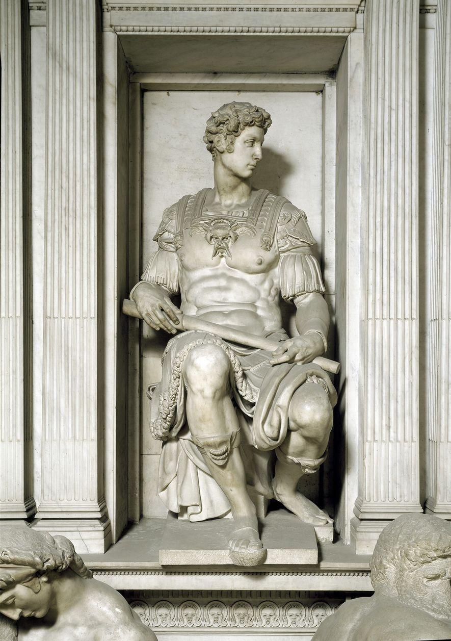 TOPO DE TÚMULO  O contorno das pernas sentadas parece ser um estudo para uma estátua de Giuliano de' Médici, que está empoleirada sobre o túmulo do governante, na Nova Sacristia, por cima do quarto escondido.