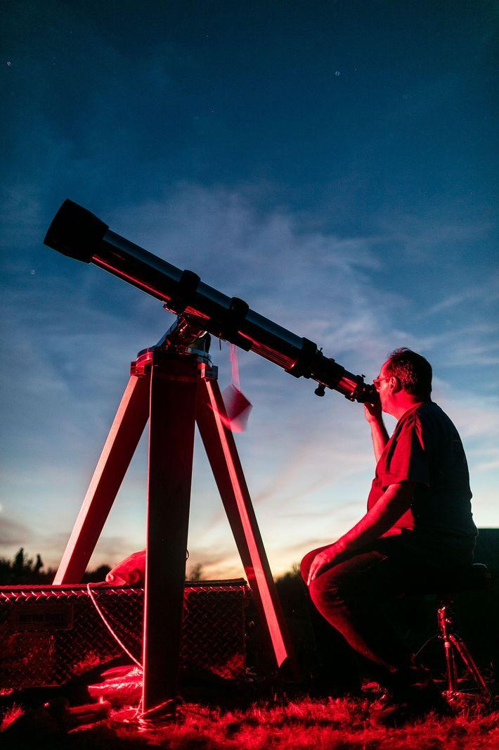 Um astrónomo amador monta o seu telescópio ao anoitecer em Stellafane.