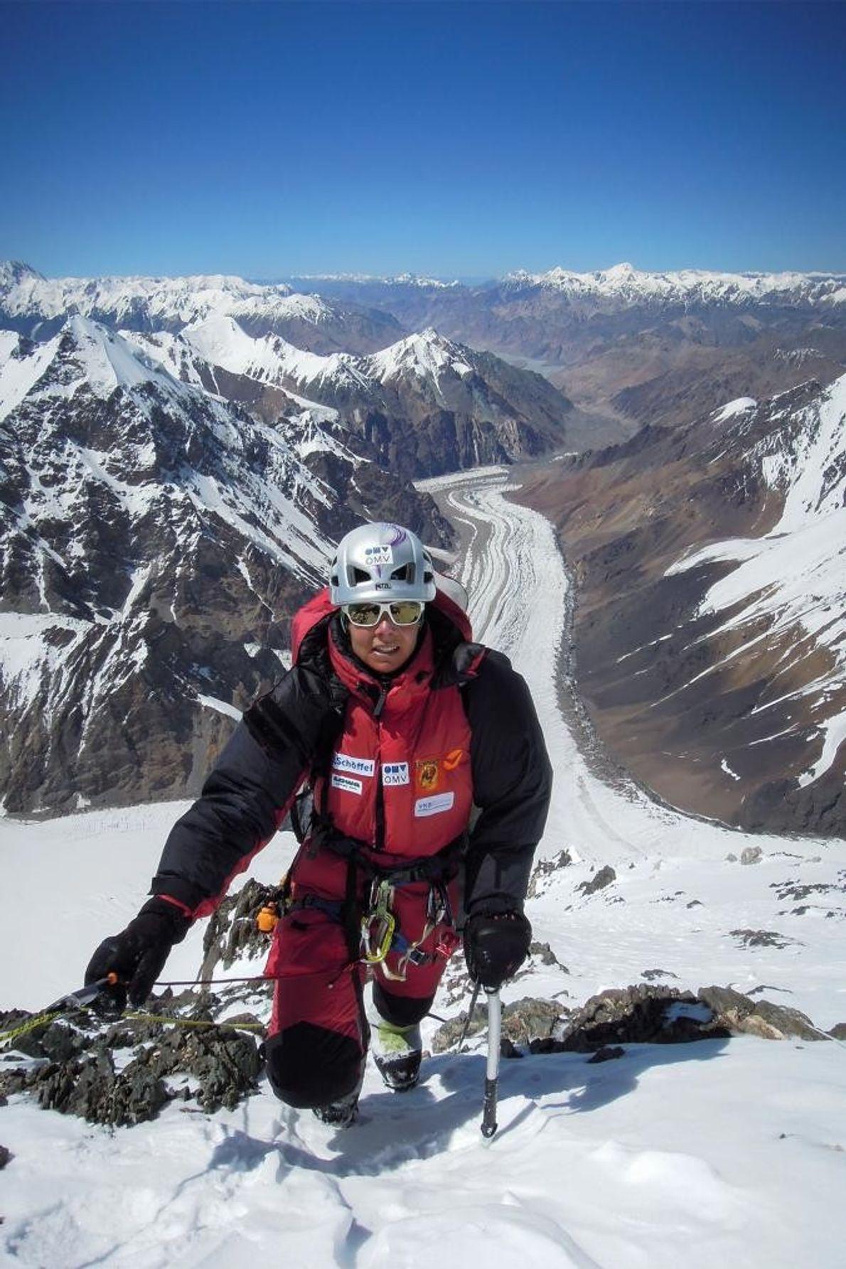 Kaltenbrunner ascende por uma via assinalada no K2.