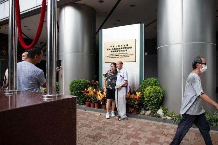 Pessoas posam para a fotografia no exterior do novo Gabinete de Proteção de Segurança Nacional, no ...